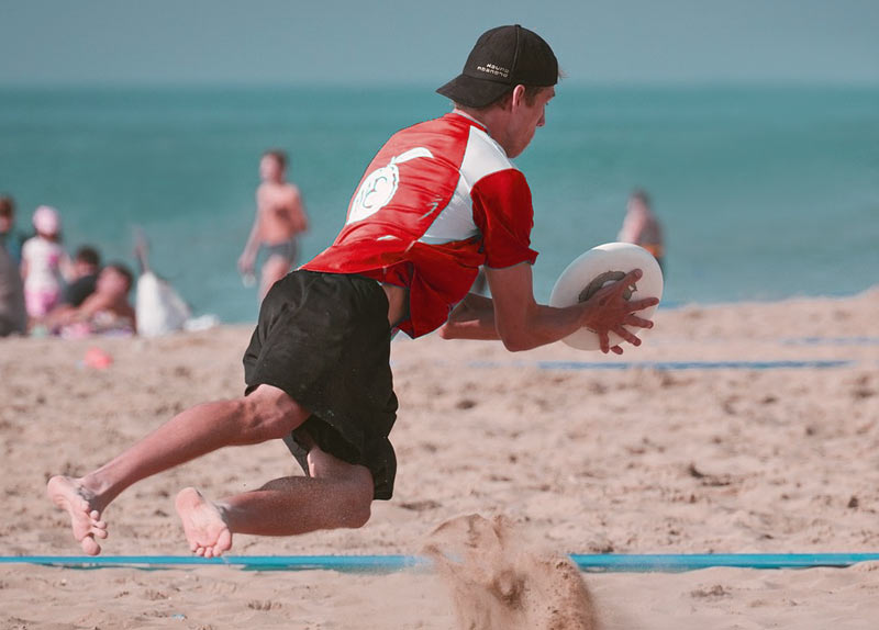 guy playing frisbee